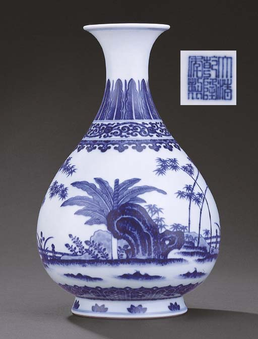 A FINE MING-STYLE BLUE AND WHITE VASE, YUHUCHUNPING