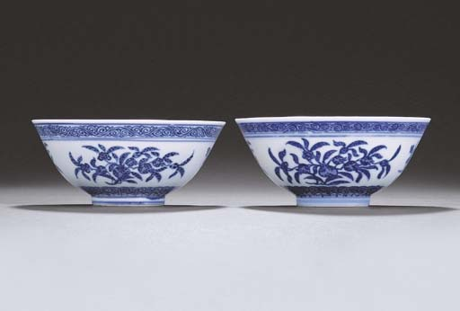 A FINE PAIR OF BLUE AND WHITE BOWLS