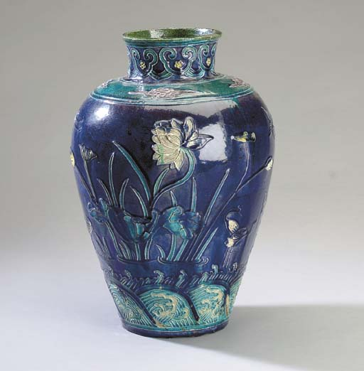 A CHINESE FAHUA BALUSTER JAR,