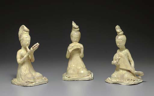 THREE STRAW-GLAZED POTTERY FIGURES OF FEMALE MUSICIANS