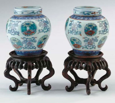 A PAIR OF CHINESE DOUCAI BALUS