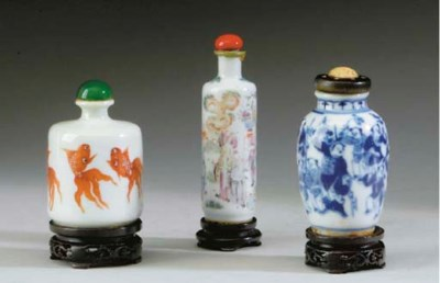 THREE CHINESE PORCELAIN SNUFF