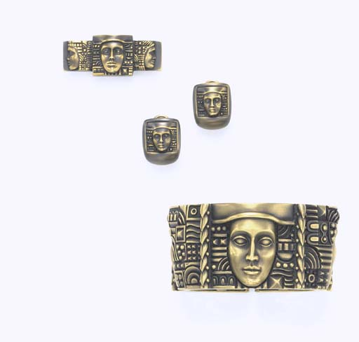 A SET OF GREEN GOLD JEWELRY, B