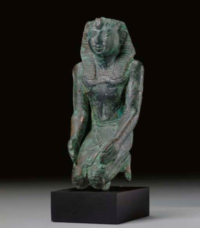 AN EGYPTIAN BRONZE KNEELING PH