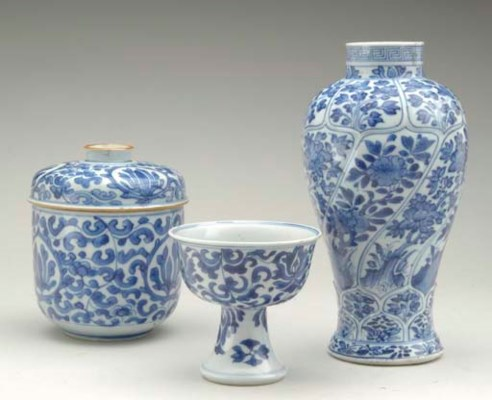THREE CHINESE BLUE AND WHITE V