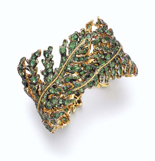 AN EMERALD AND GOLD BRACELET,