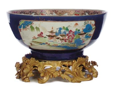 A LARGE CHINESE EXPORT PORCELA