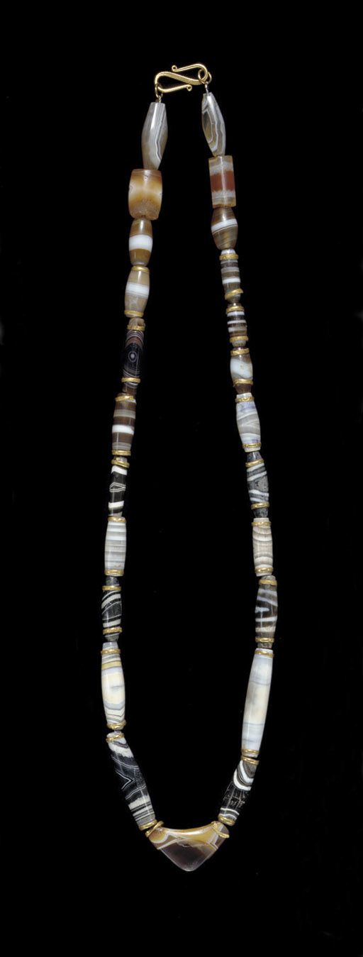 A WESTERN ASIATIC BANDED AGATE BEAD NECKLACE