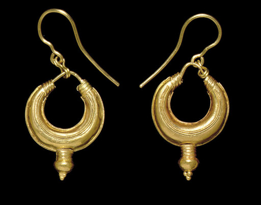 A PAIR OF ROMAN or SASANIAN GOLD EARRINGS