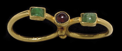 A ROMAN GOLD, EMERALD AND GARNET DOUBLE RING