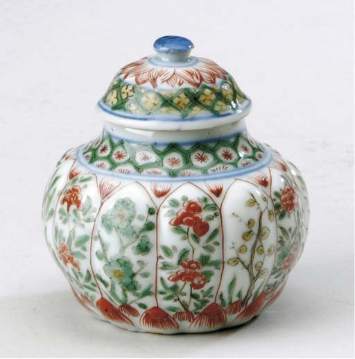 A SMALL FAMILLE VERTE AND IRON-RED-DECORATED JAR AND COVER,