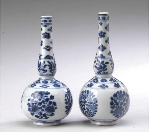 A PAIR OF SMALL BLUE AND WHITE GOURD-FORM BOTTLE VASES,