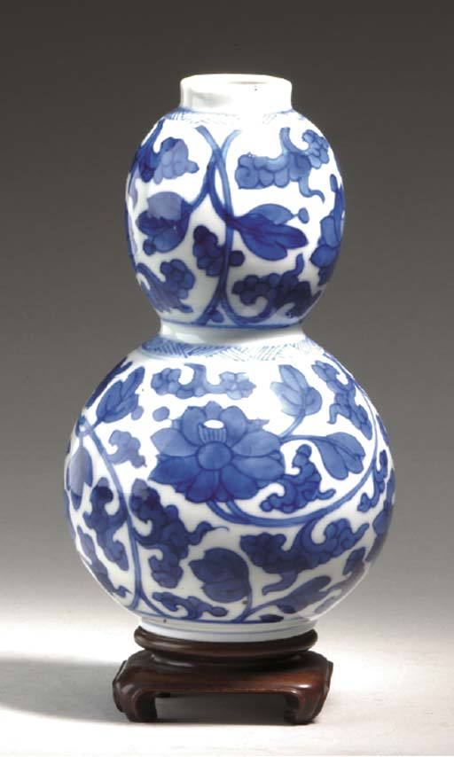 A BLUE AND WHITE DOUBLE-GOURD VASE,