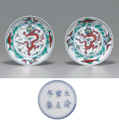 A PAIR OF DOUCAI DRAGON DISHES