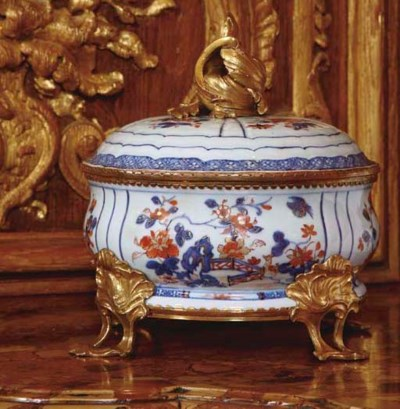 A FRENCH ORMOLU-MOUNTED CHINES