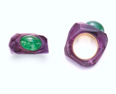 AN AMETHYST AND EMERALD RING,