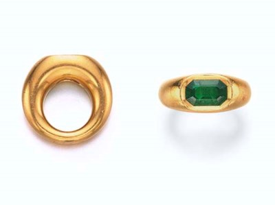 AN EMERALD AND GOLD RING, BY J