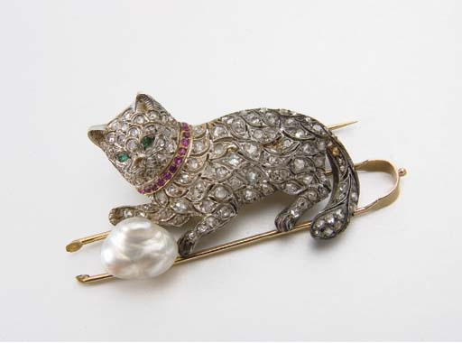 BROCHE CHAT PERLE, EMERAUDE, RUBIS ET DIAMANTS