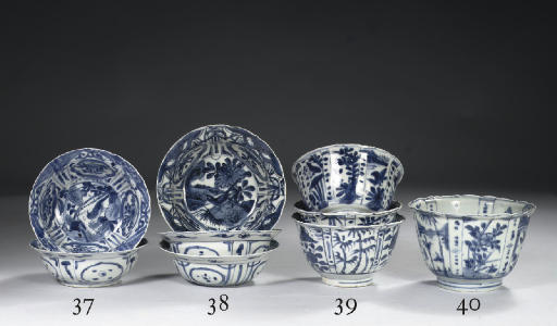 A pair of blue and white 'kraak porselein' klapmuts bowls