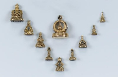 A COLLECTION OF ANTIQUE FOB SE