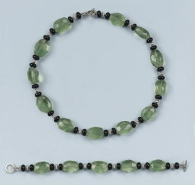 A FLUORITE AND ONYX NECKLACE A