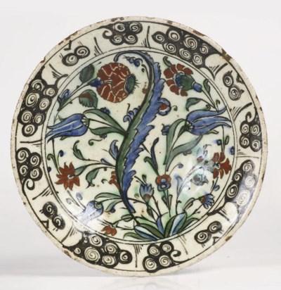An Iznik pottery small plate