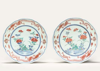 A PAIR OF KAKIEMON-STYLE DISHE