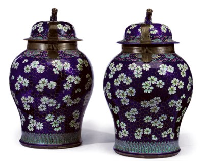 A PAIR OF LARGE CHINESE CLOBBE