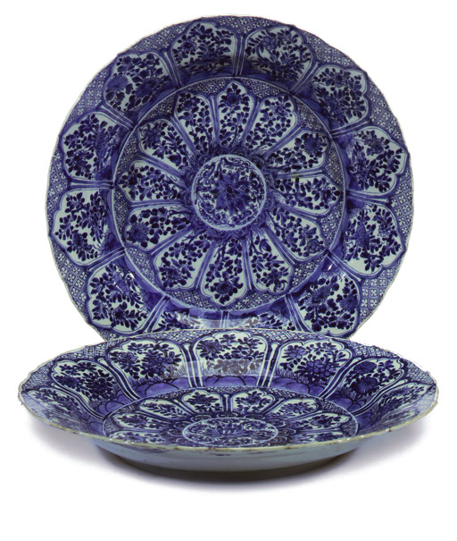 A PAIR OF LARGE CHINESE BLUE AND WHITE DISHES