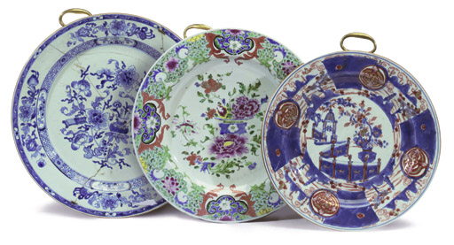 A GROUP OF THREE CHINESE BLUE AND WHITE AND FAMILLE ROSE DISHES