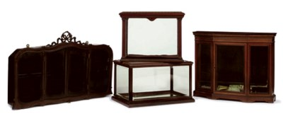 AN EDWARDIAN GLAZED MAHOGANY D