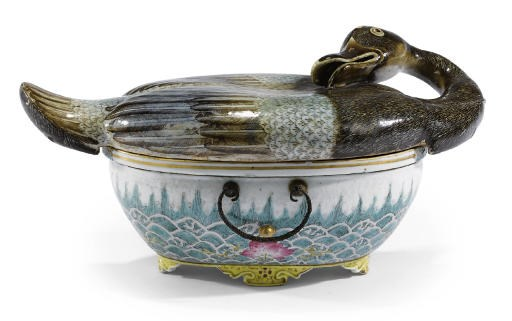 A CHINESE ENAMELLED 'DUCK' BOX