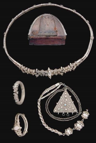A GROUP OF SILVER JEWELLERY AN