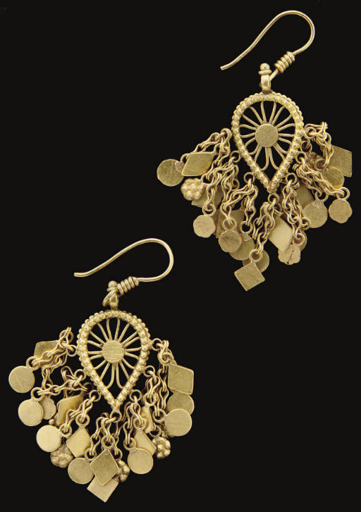 A PAIR OF GOLD EARRINGS, NORTH