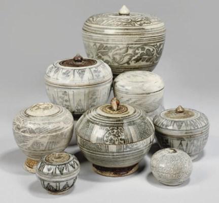 Eight Sawankhalok circular box