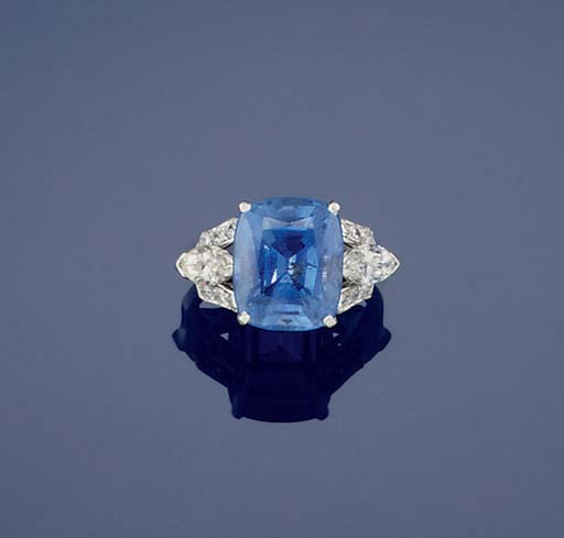 A SAPPHIRE SINGLE STONE RING