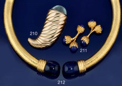 AN 18CT. GOLD AND SODALITE NEC