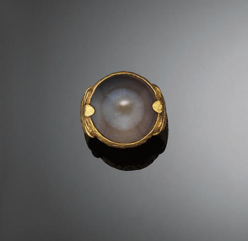 A GOLD AND HARDSTONE RING