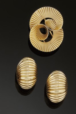 A pair of earclips and brooch,