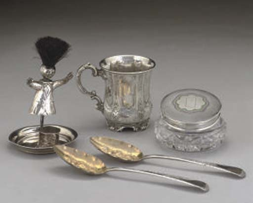 A GROUP OF SILVER ITEMS COMPRI