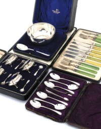 A SMALL COLLECTION OF SILVER TABLEWARES IN FITTED CASES