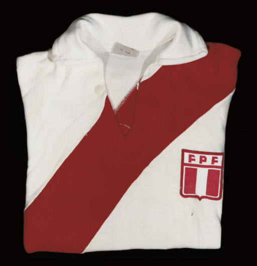 A RED AND WHITE PERU SHORT-SLE