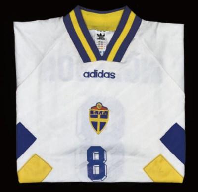 A WHITE SWEDEN SHORT-SLEEVED S