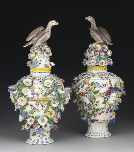 A PAIR OF BOW FRILL VASES AND