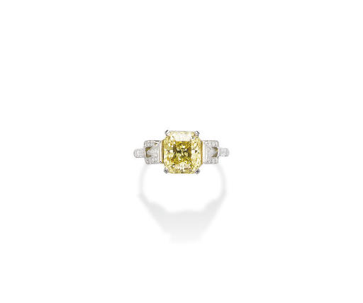 A FINE COLOURED DIAMOND RING