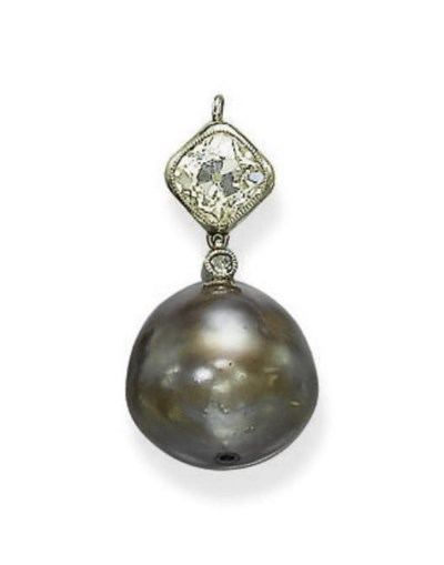 A COLOURED NATURAL PEARL PENDA