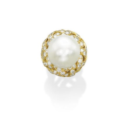 AN ELEGANT NATURAL PEARL AND D