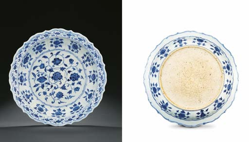 A FINE EARLY MING BLUE AND WHITE BARBED-RIM DISH