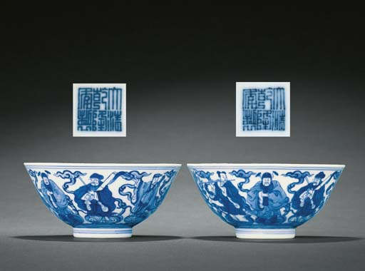 A FINE PAIR OF BLUE AND WHITE 'EIGHT IMMORTALS' BOWLS