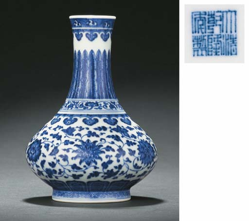 A FINE AND RARE MING-STYLE SMALL BLUE AND WHITE VASE